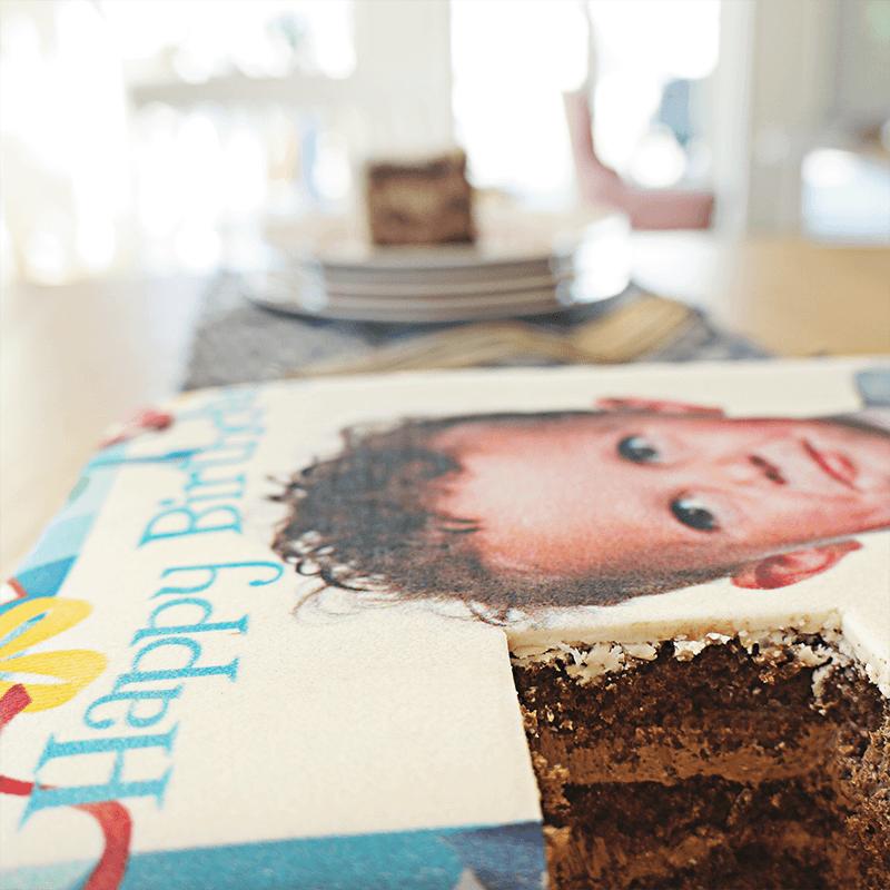 Tort ze zdjęciem z urodzinową ramką